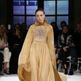 Vestido dorado de Giambattista Valli primavera/verano 2017 en la Semana de la Alta Costura de París