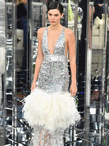 Vestido de sirena paillette en plateado de Chanel en la Semana de la Alta Costura primavera/verano 2017