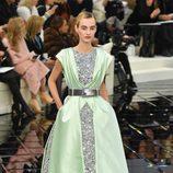 Vestido con detalles brillantes y seda en tono aguamarina  Chanel en la Semana de la Alta Costura primavera/verano 2017