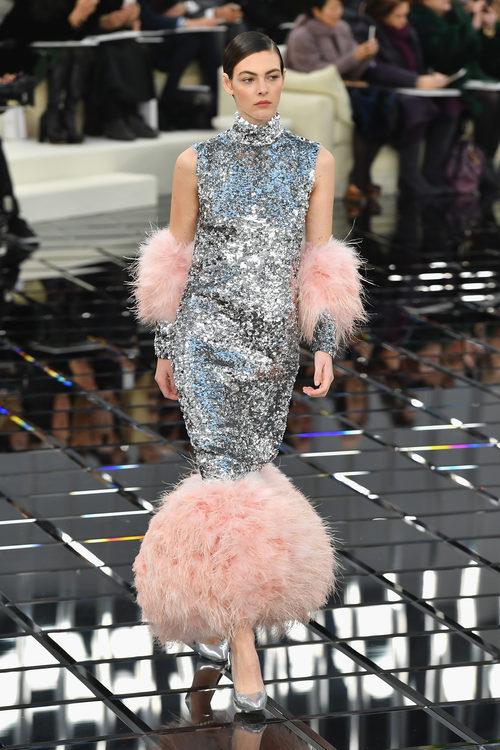 Vestido de noche con brillantes  con plumas Chanel en la Semana de la Alta Costura primavera/verano 2017