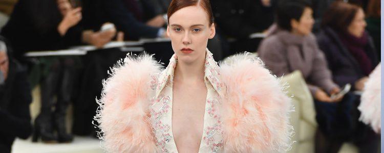 Vestido midi en tono pastel con mangas de plumas  Chanel en la Semana de la Alta Costura primavera/verano 2017