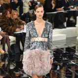 Vestido midi paillettes con cintura ceñida y escote en pico Chanel en la Semana de la Alta Costura primavera/verano 2017