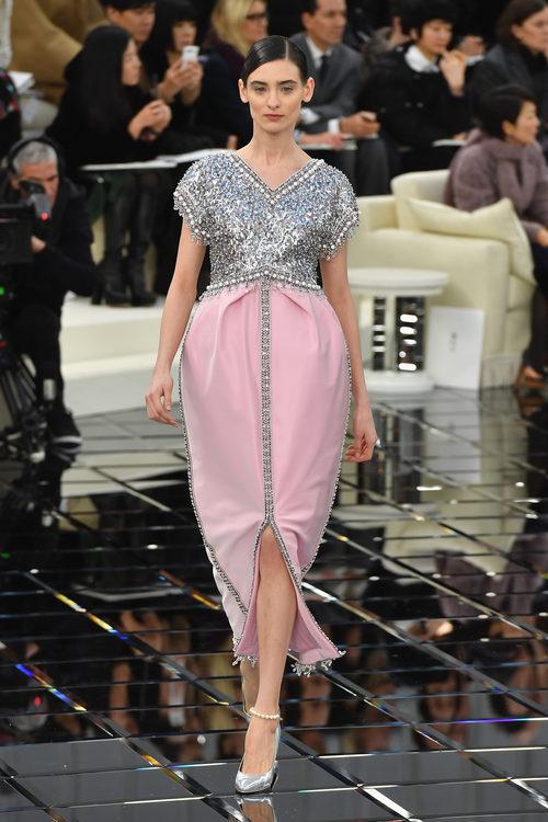 Vestido midi con escote en pico rosa Chanel en la Semana de la Alta Costura primavera/verano 2017