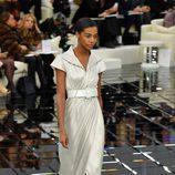 Vestido plateado cruzado y bajo plisado de Chanel en la Semana de la Alta Costura primavera/verano 2017