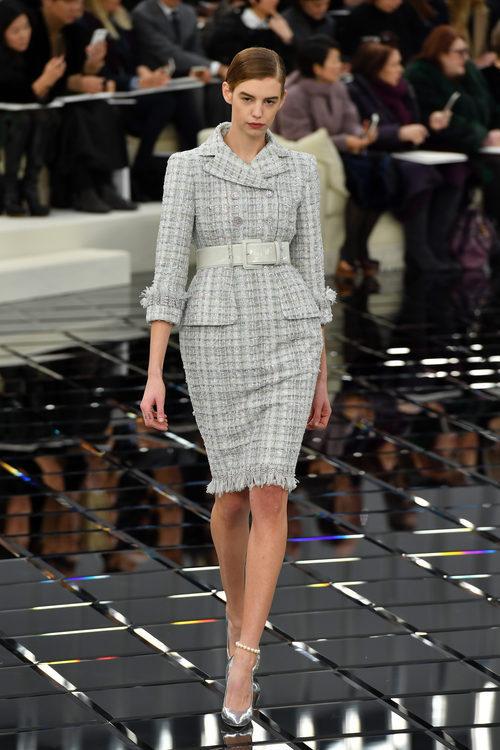 Conjunto tweed con cuello cruzado y estampado de azules de Chanel en la Semana de la Alta Costura primavera/verano 2017