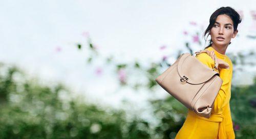 Lily Aldridge con el bolso 'Soft Sofia' de Salvatore Ferragamo primavera/verano 2017