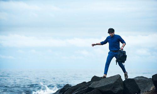 Andrés Velencoso con un total look azul cerúleo de Salvatore Ferragamo primavera/verano 2017