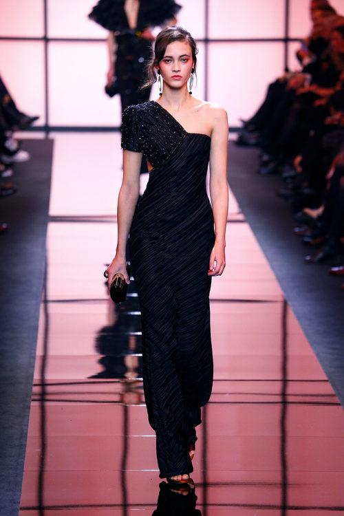 Vestido asimétrico de Giorgio Armani Privé primavera/verano 2017 en la Semana de la Alta Costura de París