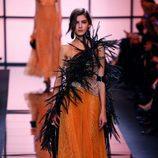 Vestido naranja y plumas de Giorgio Armani Privé primavera/verano 2017 en la Semana de la Alta Costura de París