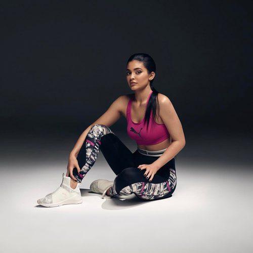 Kylie Jenner con un top rosa fucsia de Puma primavera/verano 2017
