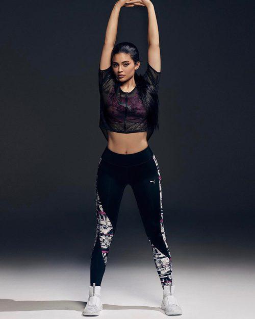 Kylie Jenner con unos leggins estampados de Puma primavera/verano 2017