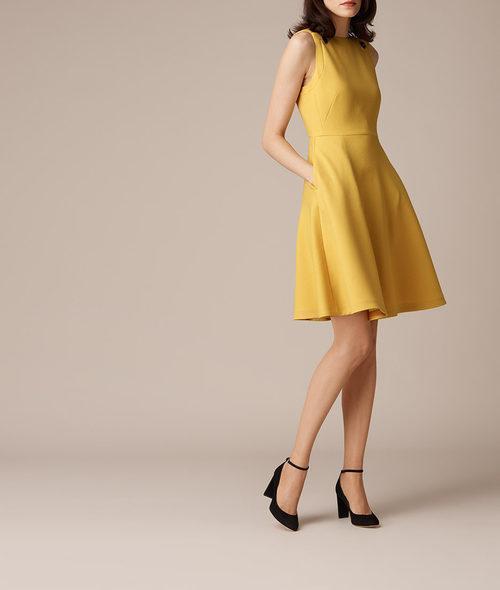 Vestido de vuelo amarillo de L.K.Bennett primavera/verano 2017