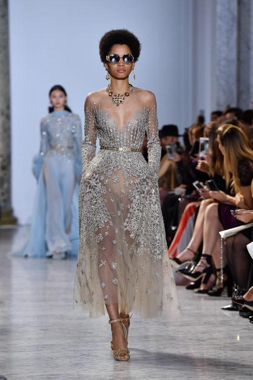 Vestido escote corazón con transparencias de Elie Saab primavera/verano 2017 en la Semana de la Alta Costura de París