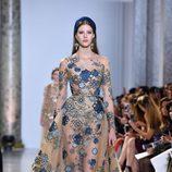 Vestido con transparencias y estampado floral de Elie Saab primavera/verano 2017 en la Semana de la Alta Costura de París