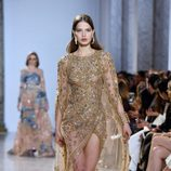 Vestido de cola dorado y pedrería de Elie Saab primavera/verano 2017 en la Semana de la Alta Costura de París