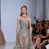 Vestido ceñido de cola  turquesa de Elie Saab primavera/verano 2017 en la Semana de la Alta Costura de París