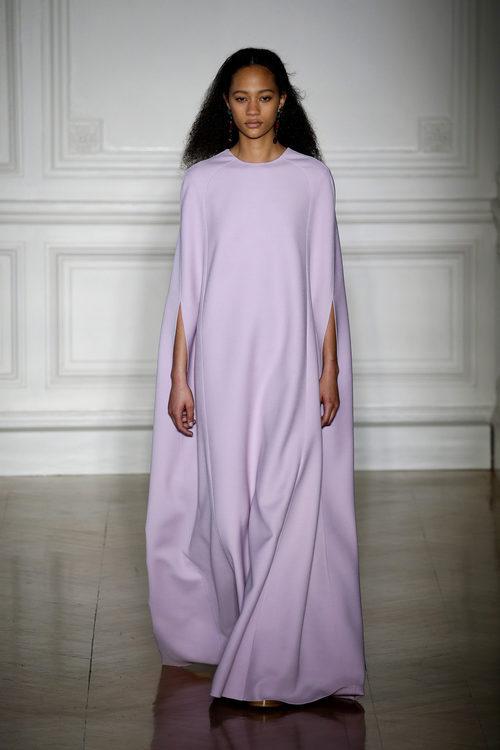 Vestido estilo toga en color malva de Valentino primavera/verano 2017 en la Semana de la Alta Costura de París