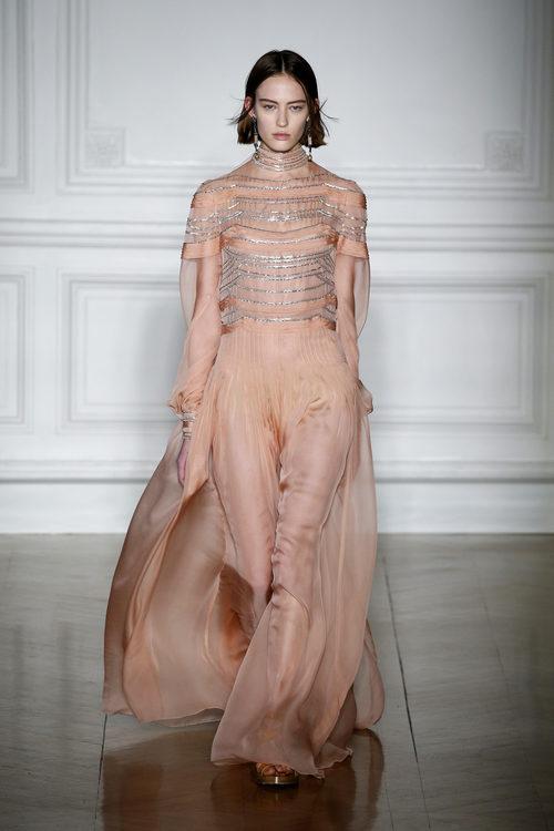 Vestido coral con cuello a la caja de Valentino primavera/verano 2017 en la Semana de la Alta Costura de París