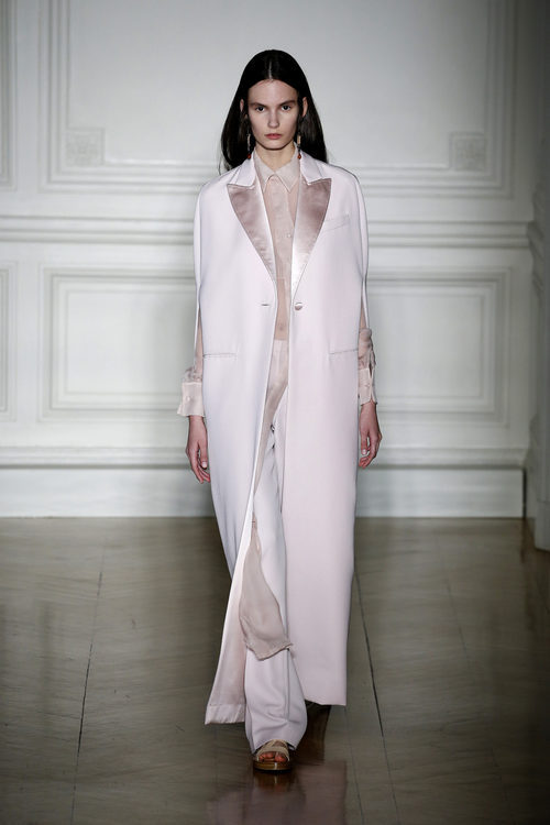 Conjunto blanco con solapas de terciopelo de Valentino primavera/verano 2017 en la Semana de la Alta Costura de París