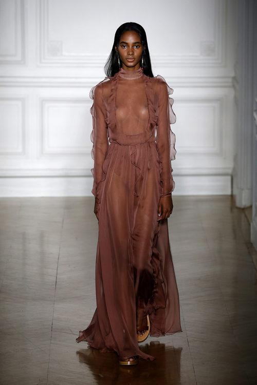 Vestido transparente en color marrón de Valentino primavera/verano 2017 en la Semana de la Alta Costura de París