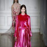 Vestido de manga larga reflejo rosa de Valentino primavera/verano 2017 en la Semana de la Alta Costura de París