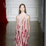 Vestido cogido al cuello y estampado de Valentino primavera/verano 2017 en la Semana de la Alta Costura de París