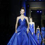 Vestido azul klein de Zuhair Murad primavera/verano 2017 en la Semana de la Alta Costura de París
