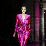 Traje rosa fucsia de Zuhair Murad primavera/verano 2017 en la Semana de la Alta Costura de París