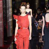 Jumpsuit rojo de Zuhair Murad primavera/verano 2017 en la Semana de la Alta Costura de París