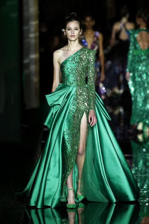 Vestido asimétrico verde de Zuhair Murad primavera/verano 2017 en la Semana de la Alta Costura de París