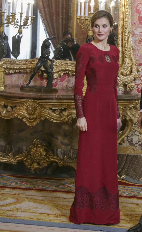 La Reina Letizia con un look granate en la recepción al Cuerpo Diplomático acreditado en España