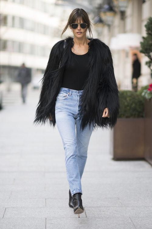 Alessandra Ambrosio con un abrgio de pelo en las calles de París