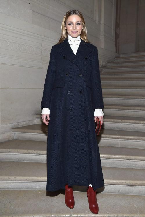 Olivia Palermo con un look navy en el front row del desfile de Valentino en la Semana de la Alta Costura de París