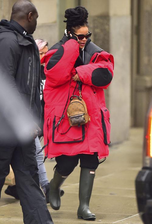 Rihanna con un maxi abrigo en el set de la película 'Ocean's Eight' en Nueva York