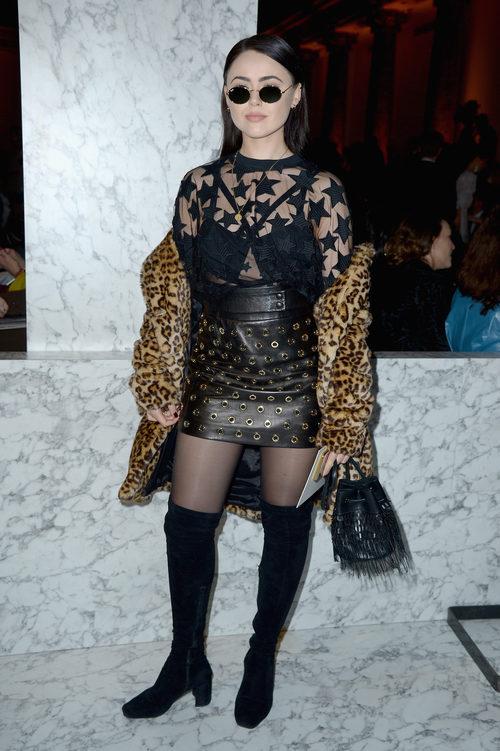 Kristina Bazan con un abrigo animal print en la Semana de la Alta Costura de París