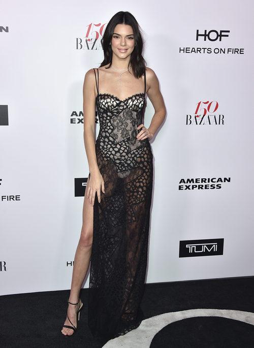 Kendall Jenner con un vestido de encaje en un evento de la revista Harper's Bazaar
