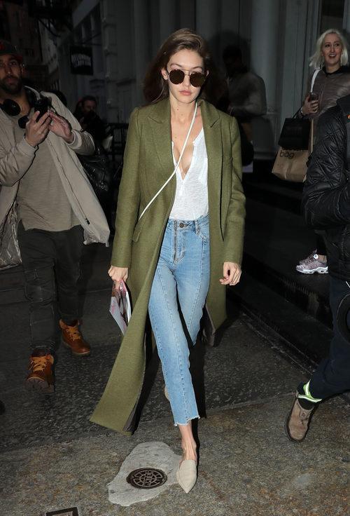 Gigi Hadid con un look minimal por las calles de Nueva York