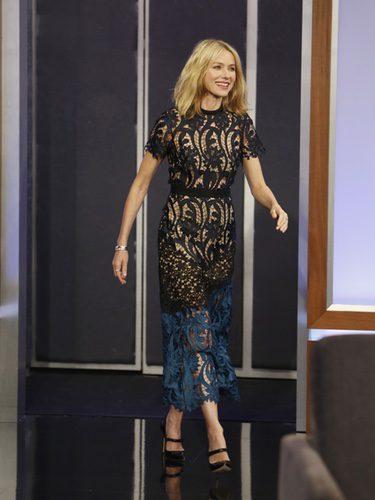 Naomi Watts con un vestido de encaje en el programa de Jimmy Kimmel