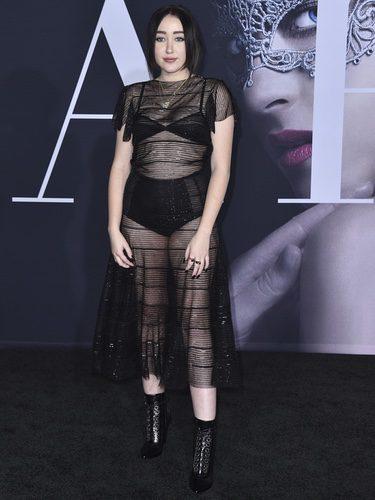 Noah Cyrus con un vestido transparente en la premiere de '50 sombras más oscuras'