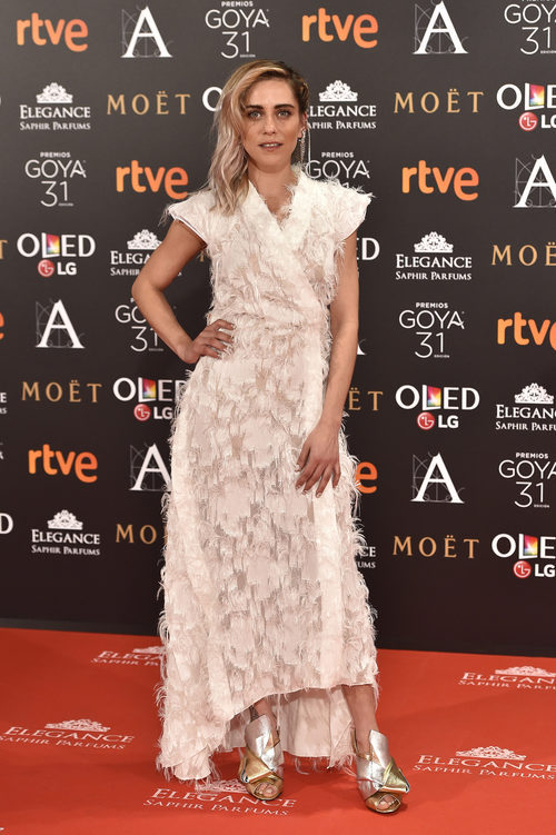 María León con un vestido de plumas en los Premios Goya 2017