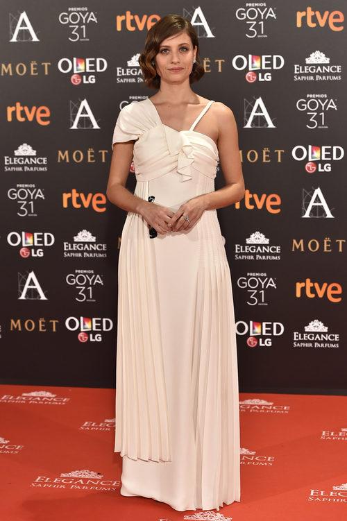 Michelle Jenner con un vestido blanco en los Premios Goya 2017