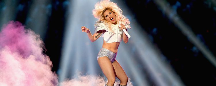 Lady Gaga con un crop top college en la Super Bowl 2017