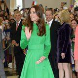 Kate Middleton con un vestido verde greenery en su viaje a Nueva Zelanda en 2014