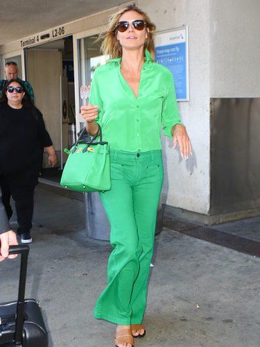 Heidi Klum con un total look verde greenery en Los Ángeles en 2015