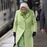 La Reina Isabel II con un abrigo de paño color verde en la estación de Lynn