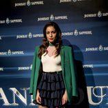 Hiba Abouk con una blazer greenery en un evento de Bombay Saphire