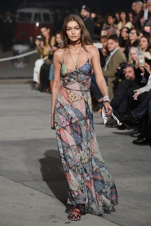 Gigi Hadid con un vestido vaporoso de su propia colección primavera/verano 2017 con Tommy Hilfiger