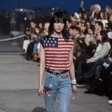 Camiseta con la bandera americana de Tommy Hilfiger y Gigi Hadid primavera/verano 2017