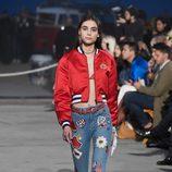 Jeans con parches de Tommy Hilfiger y Gigi Hadid primavera/verano 2017