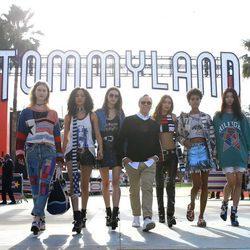 Tommy Hilfiger con Gigi Hadid y las modelos del desfile primavera/verano 2017 'TommyxGigi'